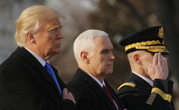 טראמפ ופנס בהנחת הזר (צילום: רויטרס)