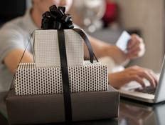 גבר קונה מתנות באינטרנט (אילוסטרציה: shutterstock ,shutterstock)