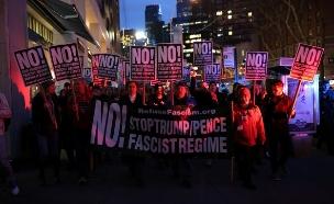 אלפי מפגינים נגד טראמפ (צילום: רויטרס)