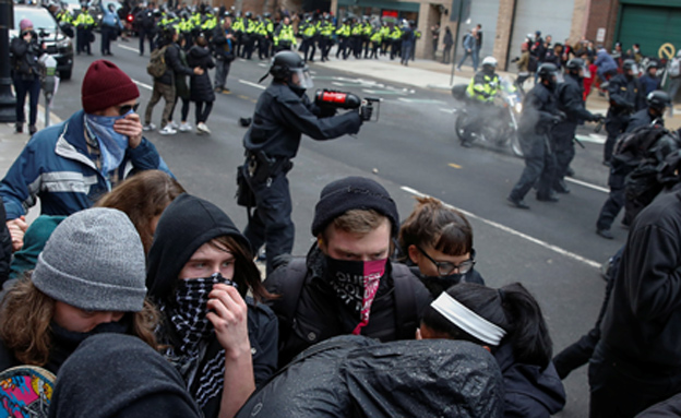 מפגינים נגד טראמפ (צילום: רויטרס)