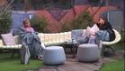 שני ומעיין בשיחה בחצר (צילום: האח הגדול 24/7)