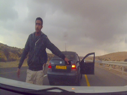 תיעוד: דורשים מהנהג לעצור באמצע הכביש