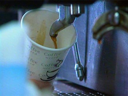 כמה באמת עולה להכין כוס קפה? (צילום: חדשות 2)