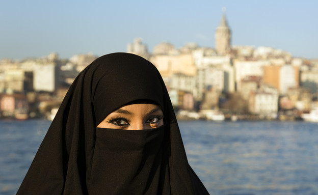 אישה איראנית עם בורקה (צילום: shutterstock ,מעריב לנוער)