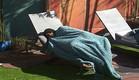 דן מנמנם בחצר (צילום: האח הגדול 24/7)