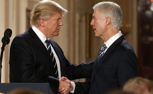 טראמפ והשופט העליון שבחר (צילום: רויטרס)