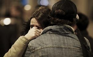 חוששים מטרור. צעירים אחרי המתקפה בפריז (צילום: רויטרס)