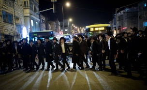 חרדים מפגינים (צילום: יונתן סינדל / פלאש 90)