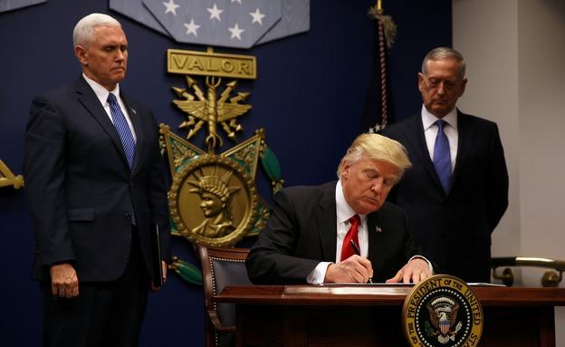 טראמפ חותם על צו ההגירה (צילום: רויטרס)
