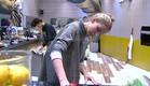 אורנה מנקה את המטבח (צילום: האח הגדול 24/7)