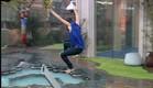 דן קופץ אל תוך השיכשוכית (צילום: האח הגדול 24/7)