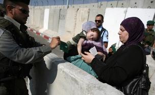 """""""פלסטינים, יש אנשים כאלה"""" (צילום: רויטרס)"""