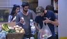עומר ושם מסדרים את הקניות (צילום: האח הגדול 24/7)