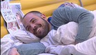 אביחי מחוייך במיטה (צילום: האח הגדול 24/7)
