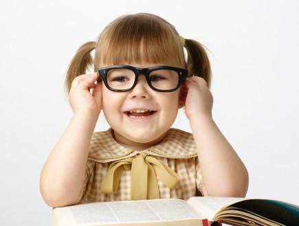 ילדה משקפיים (צילום: shutterstock)