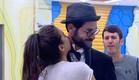 שני מנשקת את עומר בצוואר (צילום: האח הגדול 24/7)
