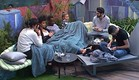 הדיירים יושבים בפינת עישון (צילום: האח הגדול 24/7)
