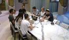 הדיירים יושבים לאכול ארוחת שבת  (צילום: האח הגדול 24/7)