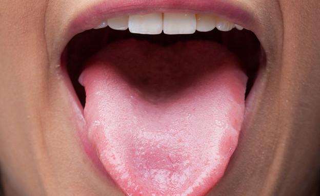 אישה מוציאה לשון (צילום: shutterstock)