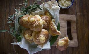 לחמניות גבינה צהובה של ארז קומרובסקי (צילום: אפיק גבאי ,אוכל טוב)
