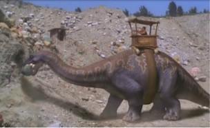 דינוזאור בונה פירמידה (צילום: therichest)