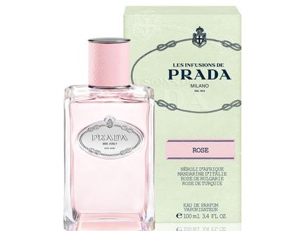 בושם מסדרת אינפיוז'ן דה פראדה בניחוח רוז על קרע לבן מופיע הבושם בגוון ורדרד ומימין לו האריזה של הבושם.