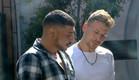 דודו ודומיניק מדברים במרפסת (צילום: מתוך