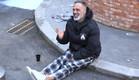 סמי צוחק על המדרכה (צילום: מתוך