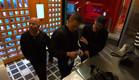 ג'ו, דומיניק וג'קי מנסים להפעיל מכונת כביסה (צילום: מתוך
