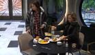 נטע והודיה מתיישבות לאכול (צילום: מתוך