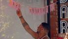 דודו תולה שלט יום הולדת (צילום: מתוך
