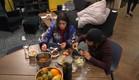 סיגל והודיה אוכלות (צילום: מתוך