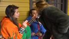 מנואל מוקפת בבנות לאחר שרבה עם לימור (צילום: מתוך