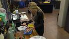 שרי מבשלת דגים לשבת (צילום: מתוך