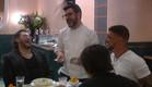 השף תומר אגאי מתבדח עם התושבים (צילום: מתוך