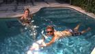 רומי ומיכאל מצטננים בבריכה (צילום: מתוך