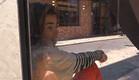 הודיה חוגגת את יום האישה מבעד לזכוכית (צילום: מתוך