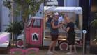דומיניק וג'ו בוחרים גלידה (צילום: מתוך