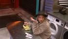 אליסה מכינה לעצמה ארוחה לילית (צילום: מתוך