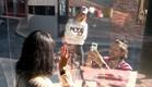 דניאל ונטע מצלמים את לימור (צילום: מתוך