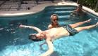לימור מלמדת את דניאל לצוף בבריכה (צילום: מתוך