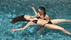 לימור מלמדת את הודיה לצוף בבריכה (צילום: מתוך