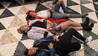 מנואל סיגל ורומי שוכבות על הרצפה (צילום: מתוך