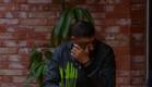 דודו מנסה לעצור את הדמעות (צילום: מתוך