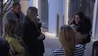 התושבים מחבקים את הודיה לאחר ביקורה בחדר התקשורת (צילום: מתוך