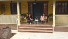 דומיניק וג'ו במרפסת (צילום: 2025, קשת 12)