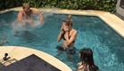 דניאל משפריץ מים על הבנות בבריכה (צילום: מתוך