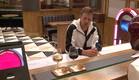 דומיניק בבית הקפה (צילום: מתוך