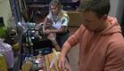 דומיניק ואליסה מבשלים ביחד (צילום: מתוך