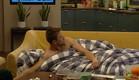 דומיניק מתקשה לקום מהמיטה (צילום: מתוך